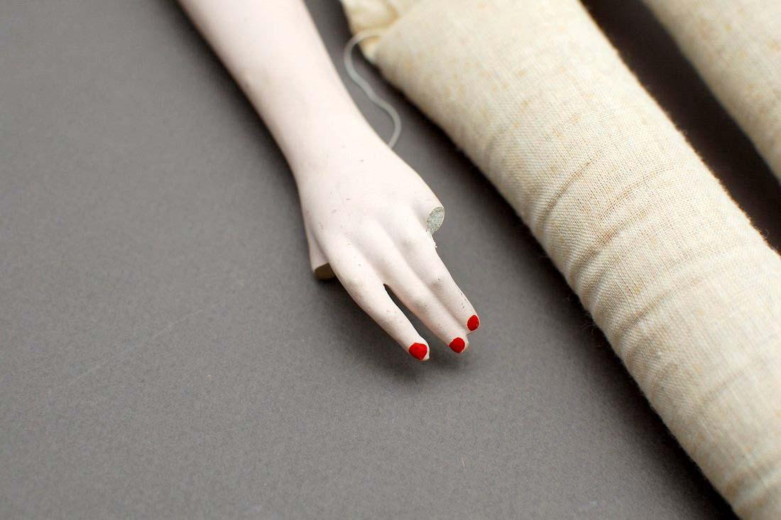 сломанные пальцы на руке будуарной куклы