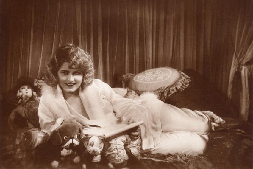 актриса с будуарной куклой