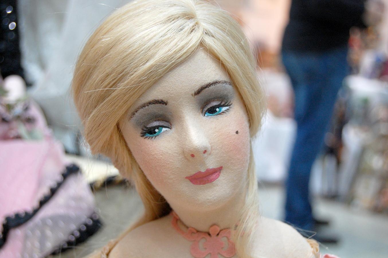 фотография головы фетровой куклы