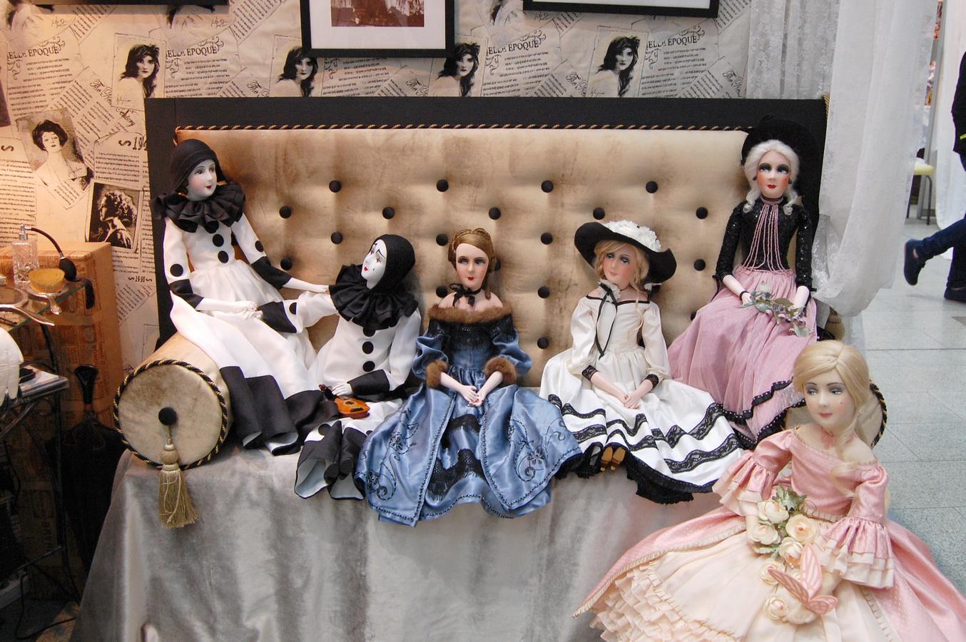 фотография красивых будуарных кукол на выставке