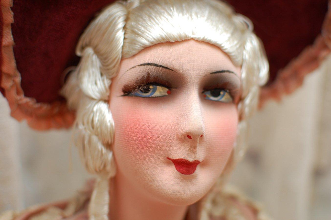красивая антикварная будуарная кукла с голубыми глазами