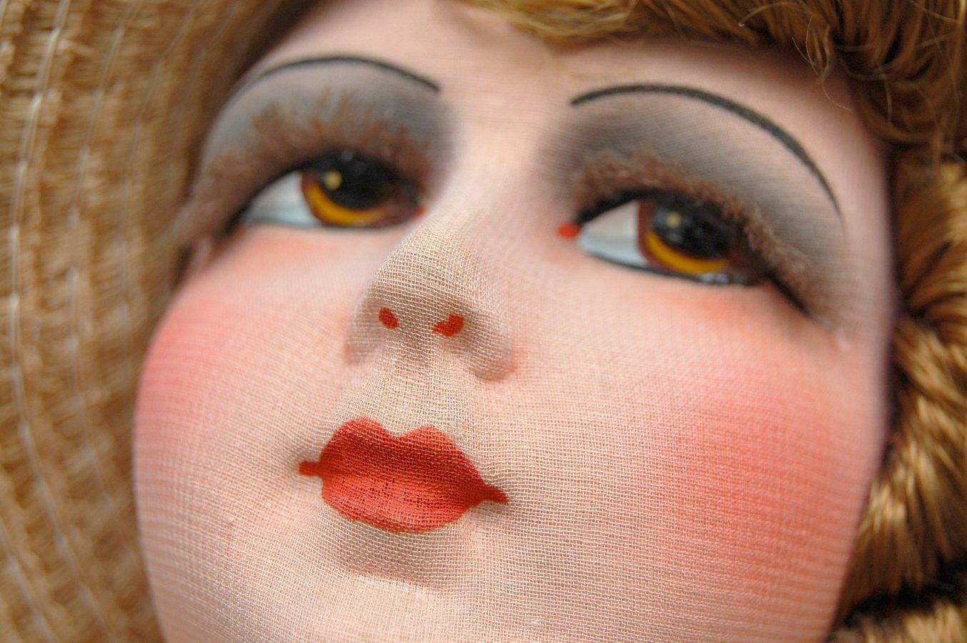 роспись губ куклы