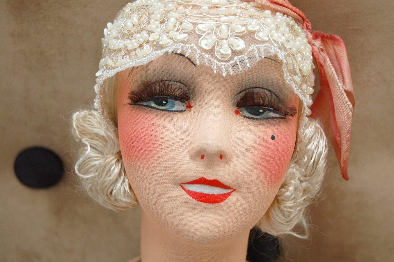 будуарная кукла с интересной росписью лица