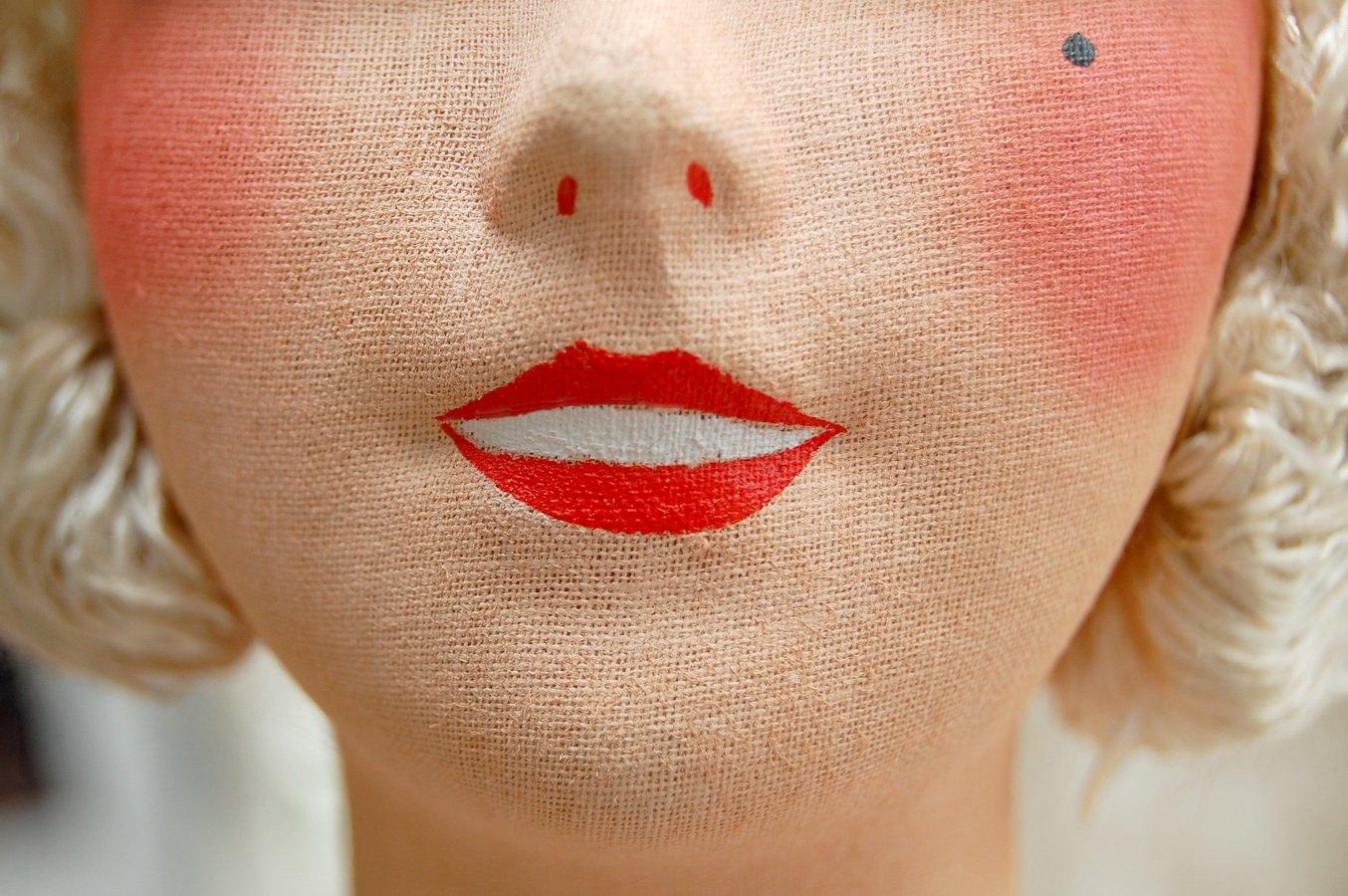 роспись приоткрытых губ куклы