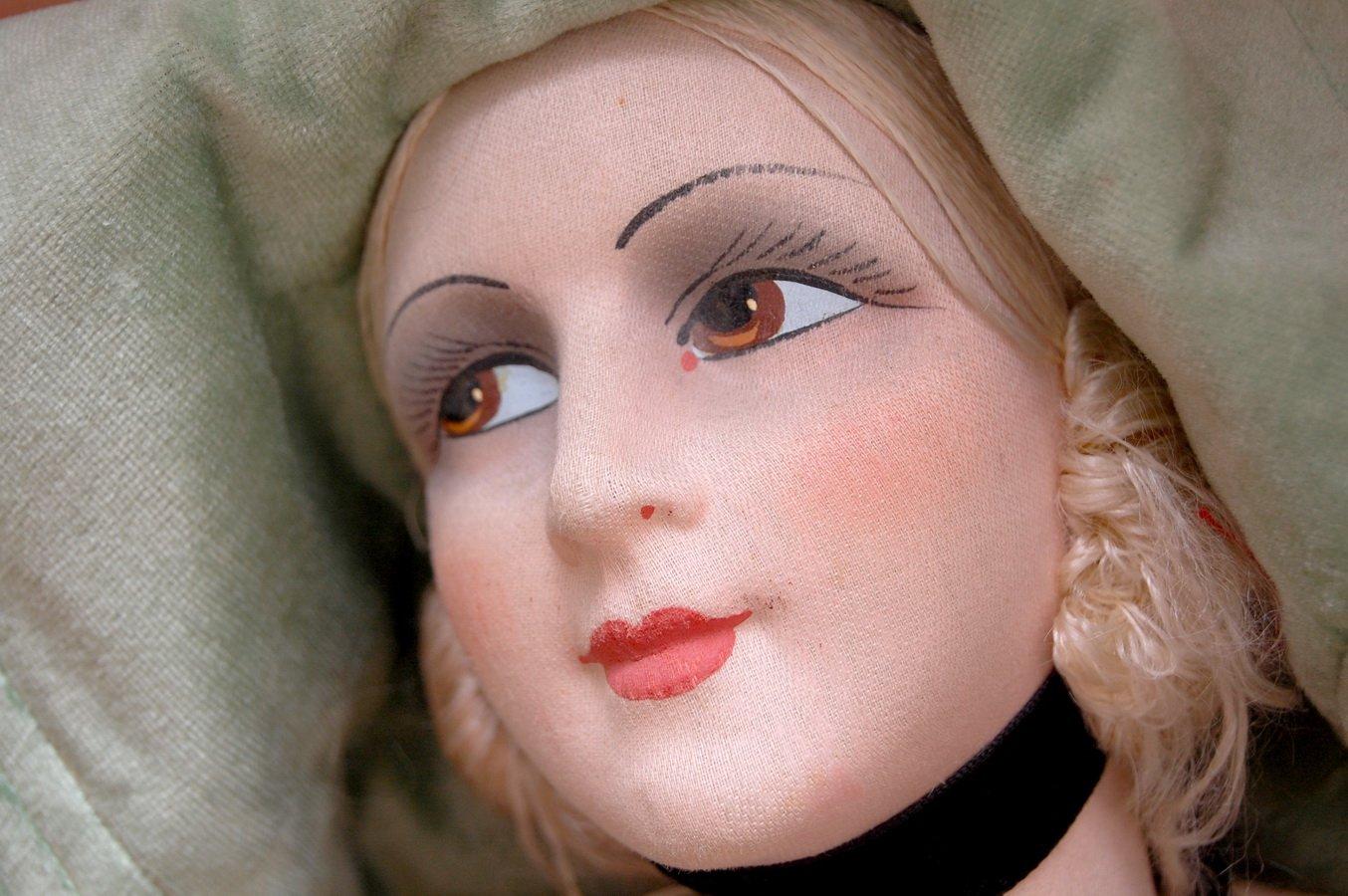 антикварная будуарная кукла с нарисованными ресницами
