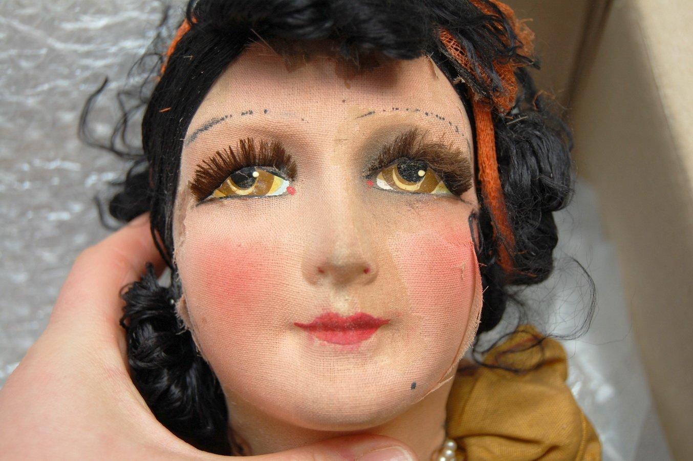 лицо антикварной будуарной куклы в процессе чистки
