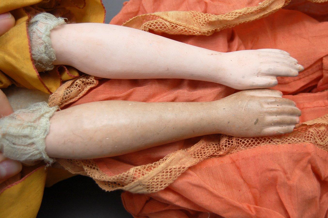 руки будуарной куклы после чистки и до