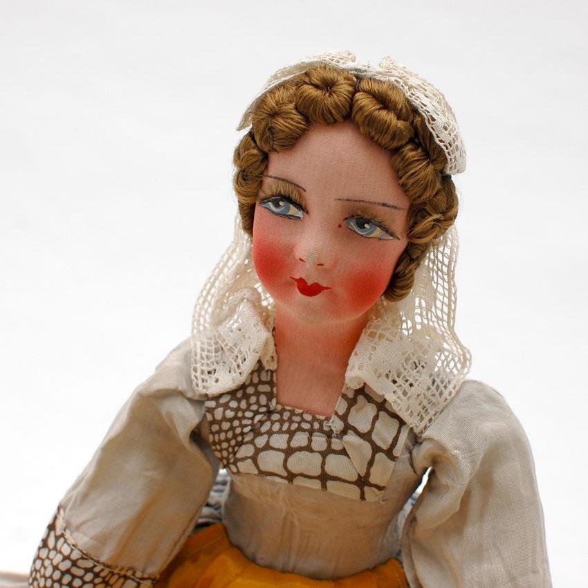 красивая антикварная будуарная кукла