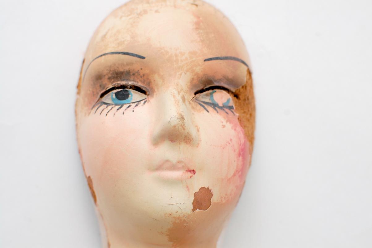 разрез для ресниц на голове будуарной куклы из композита